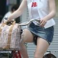 【パンチラ画像】女の子達が自転車を乗る時にミニスカートだとハプニングの嵐ですww
