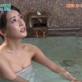【温泉キャプ画像】温泉レポでバスタオルからはみ出す乳房がエロくてたまらんwww