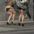 【ハプニングパンチラ画像】一瞬の出来事に興奮してしまう!素人のスカートが風に煽られて見えたパンツww