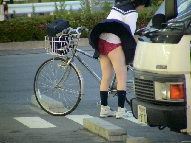 【ハプニングパンチラ画像】風邪でスカートめくれ上がった女の子達のパンツが丸見えにww