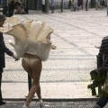 【パンチラ画像】外人さんの風でめくれ上がったスカートの中身Tバック多すぎだろw