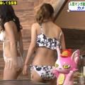 【お尻キャプ画像】こんな寒くてもテレビではエロいビキニ美女のハミ尻見れまくりw