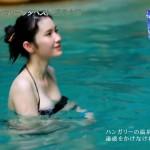 【市川紗椰キャプ画像】そんな緩い胸元の水着でプールに入って大丈夫か?大丈夫じゃない、見えそうだ。