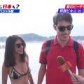 【ビキニキャプ画像】海で遊んでいる海外からの旅行者にエロ水着を着てもらうwww