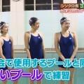 【菊池亜美キャプ画像】スク水とも言える紺色の競泳水着姿の菊池亜美があざといwww