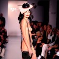 【ファッションショーエロ画像】おっぱい丸出しのデザインがエロいモデル美女
