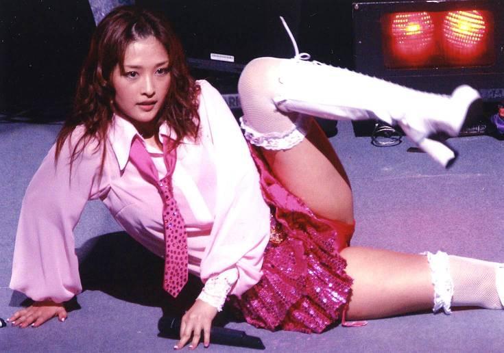 【モーニング娘。お宝画像】ステージやバラエティで大股を開いちゃったアイドル達のエロショット!