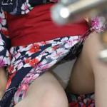 【花火大会パンチラ画像】お祭りの雰囲気や花火の綺麗さに気を取られてパンツ全開の素人娘wwww