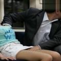 【痴漢エロ画像】恐怖で声が出ない…か弱い女性のカラダにイヤラシイ事をしまくる卑劣な痴漢行為
