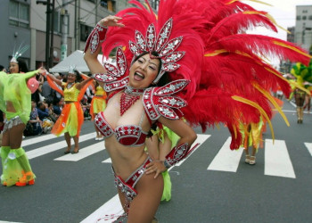 【素人サンバエロ画像】サンバカーニバルで大衆の前で大胆に身体を晒す露出女!
