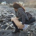 【ハプニング画像】風で煽られたスカート、前抑えてもお尻丸見えだよww